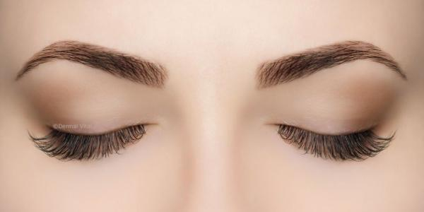 Geschlossene Augen mit Flat Lashes Extensions