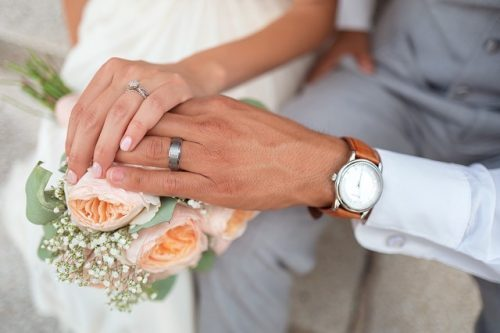 Haltende Händes eines Brautpaares