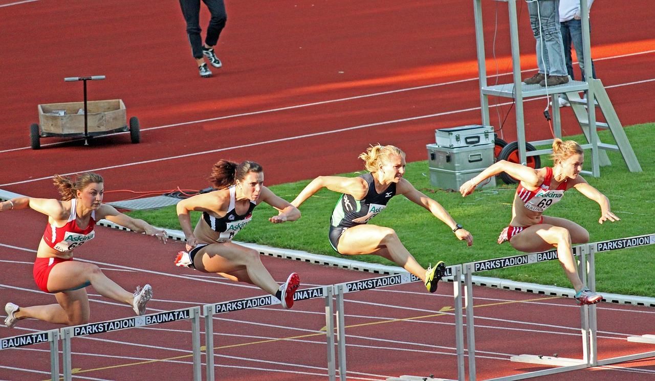 Vier junge Hürdenläuferinnen