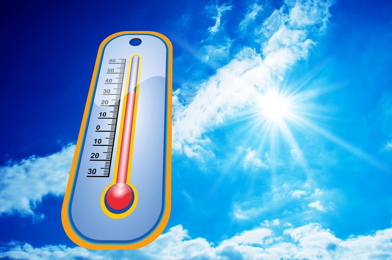 heisse sonnenstrahlen, die auf ein Thermometer strahlen