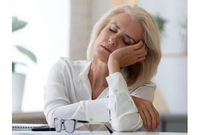 Frau mit geschlossenen Augen, die entspannt