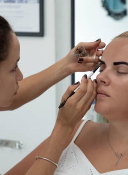 Augenbrauen einer jungen Frau werden gefärbt