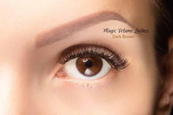 Ein Auge mit Magic Volume Lashes in Dark Brown