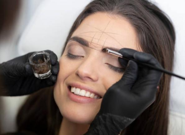 Junge Frau bei der die Augenbrauen mit Brow Henna gefärbt werden
