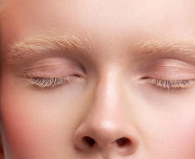Junge Frau mit sehr hellen Wimpern