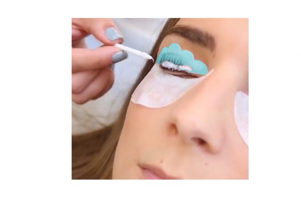 Wimpernlifting in Anwendung mit Silikonpads in türkis