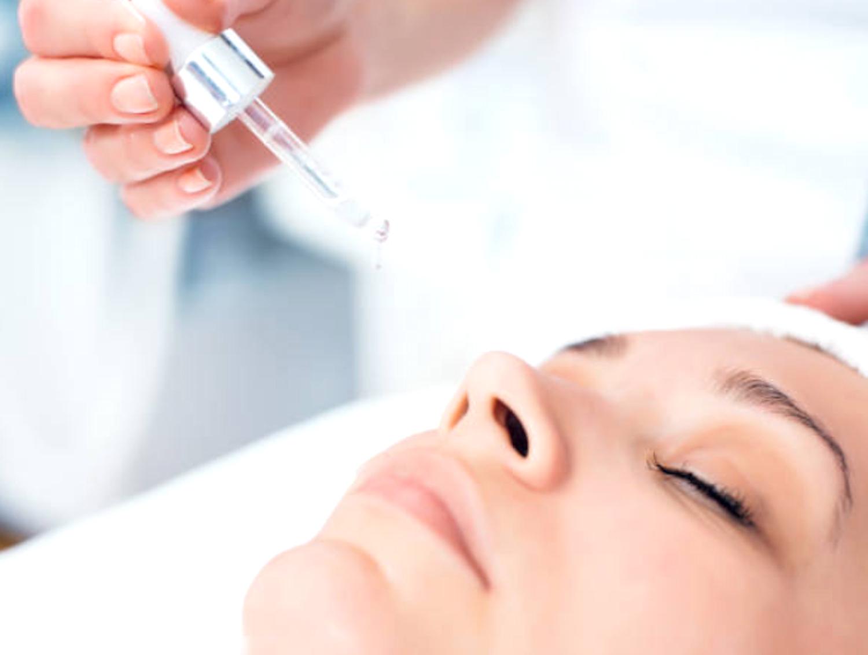 Feuchtigkeitsversorgung der Haut demonstriert bei einer jungen Frau